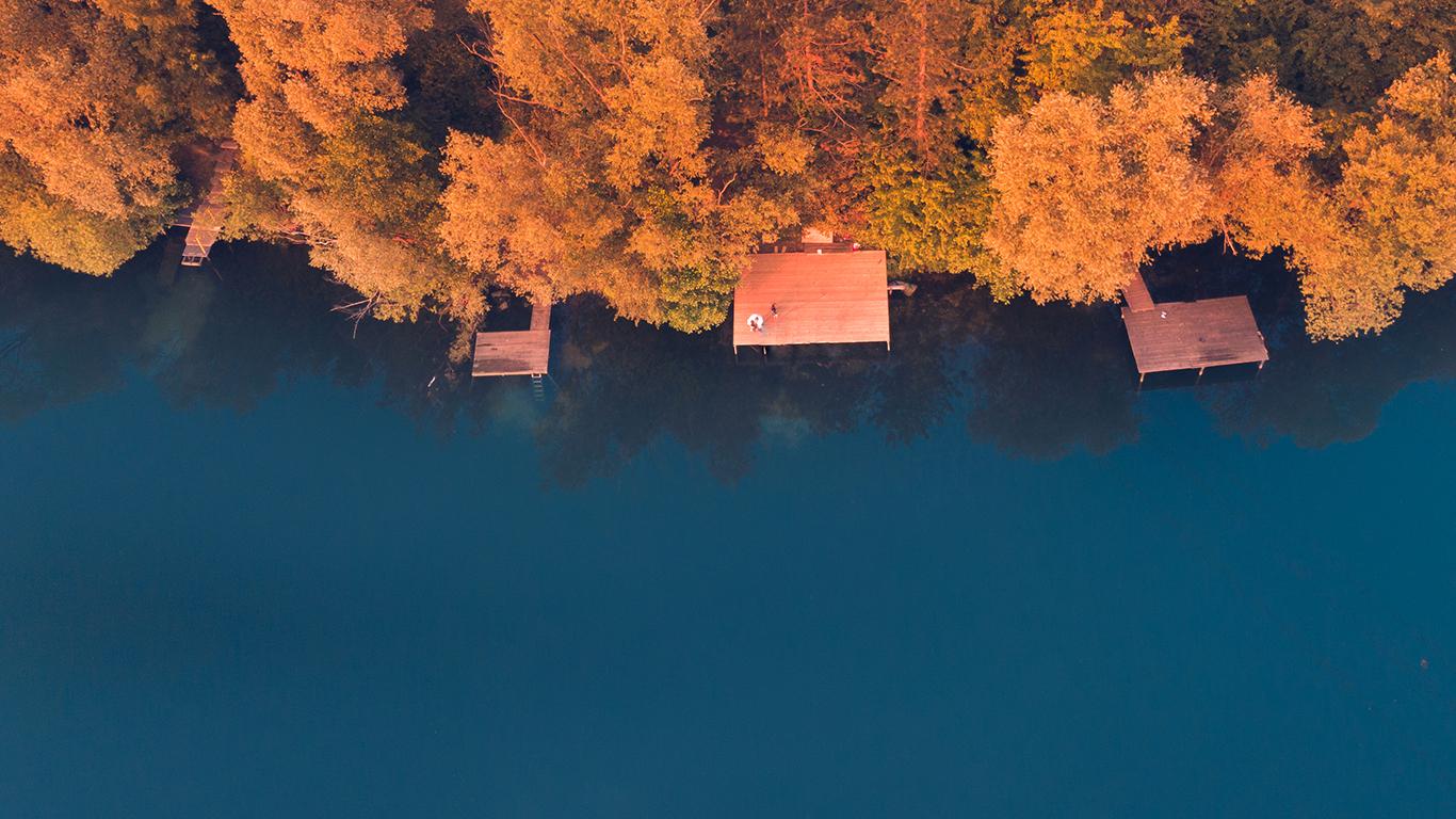 Luftaufnahme eines Steegs am See in Meerbusch